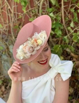 Pamela rosa con flores a combinación en tonos pasteles.  Los tocados se hacen a pedido personalizado.