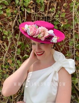 Pamela de fiesta fucsia con flores rosas variadas a juego.