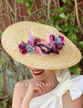 Pamela con flores variadas y cinta lila