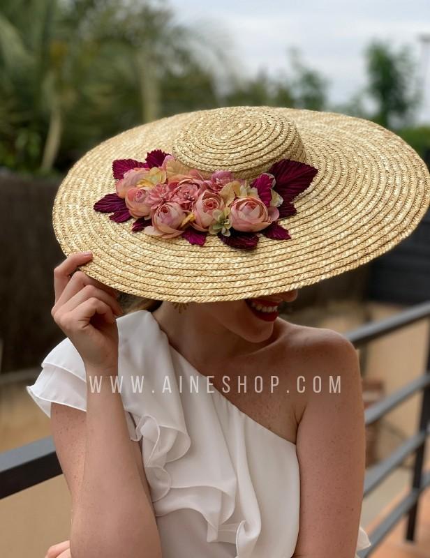 Pamela con flores rosas y granate