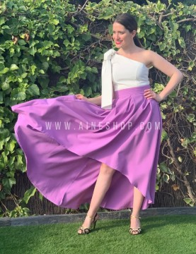 Falda de fiesta con tablas mas larga detrás violeta.